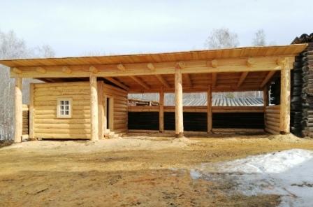 В архитектурно  -  этнографическом музее «Тальцы» восстановили навес с зимовьем на хозяйственном дворе усадьбы  «Сотая»